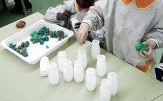 Fem boletes de plastilina, les posem dins de pots i les pesquem amb pals de pinxo!