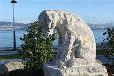 Perro sin raza abrazando un gato, primer monumento en Galicia contra el abandono de animales.