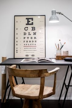 mesa: tablero sobre caballete de Ikea; silla giratoria estilo vintage
