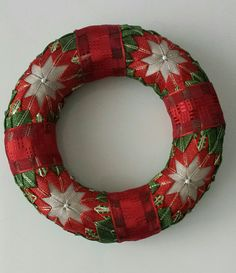Diy Christmas Gifts, Christmas Wreaths, Holiday Decor, Quilted Ornaments, 4th Of July Wreath, Fabric Crafts, Pot Holders, Quilts, Ribbon