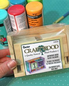 Create your own fun and colorful wood block DIY calendar with this step by step tutorial. Wood Block Crafts, Wood Blocks, Wood Crafts, Diy Kalender, Block Calendar, Desk Calendars, Arts And Crafts Projects, Holiday Crafts, Teacher Gifts