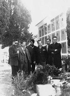 Carlos Barral, José Luis Caballero Bonald, Luis Marquesán, Jaime Gil de Biedma, Ángel González y Juan Ferraté, ante la tumba de Antonio Machado en Colliure (Francia) en 1959.