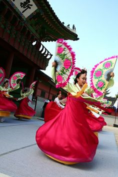 yup yup, this what I used to do with my mommy and sis...was so much fun doing the uso tours around Korea...Korean fan dance performance at Hwaseong in Suwon, Korea