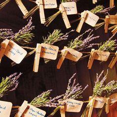 Plan de table de mariage avec des petits bouquets de lavande