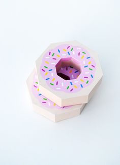 This papercraft is a Donut Gift Box, created by Minieco. It's a pretty fun template and would make a cute giftbox. You may get this papercraft template her Mason Jar Crafts, Mason Jar Diy, Donut Gifts, Handmade Crafts, Diy Crafts, Donut Party, Pretty Packaging, Box Packaging, Diy Box