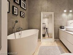 Aranżacja: szara łazienka. Tynk strukturalny i piękna wanna