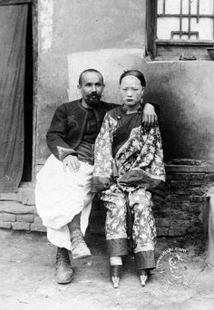 "清代汉人的""抵抗"":屡禁不止的女性缠足_凤凰网. Beijing c 1901 when the city was occupied by Allied troops.  Poor woman."