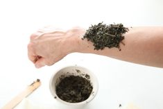 Poultices are one of the most often overlooked topical applications in herbalism, which is a shame! Learn how to make a poultice using fresh or dried herbs. Natural Cancer Cures, Natural Home Remedies, Herbal Remedies, Health Remedies, Natural Healing, Healing Herbs, Medicinal Herbs, Anti Oxidant Foods, Herbs For Health