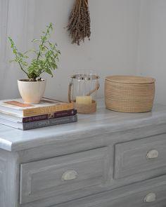 Transformar un dormitorio con muebles de algarrobo con una suave pátina gris / Vero Palazzo - Home Deco Muebles Shabby Chic, Make Up Storage, Vintage Farm, Floating Nightstand, Chalk Paint, New Homes, Bedroom, Table, Furniture