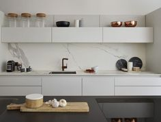 Love this ultra modern, streamlined kitchen, so clean and organised!