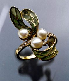 This is not contemporary - image from a gallery of vintage and/or antique objects. ART NOUVEAU Ring Gold Plique-à-jour Pearl Diamond Bijoux Art Nouveau, Art Nouveau Jewelry, Jewelry Art, Jewelry Design, Gold Jewelry, Anillo Art Nouveau, Art Nouveau Ring, Antique Rings, Antique Jewelry
