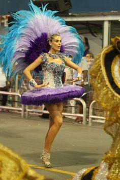Ana Hickmann usa look comportado no desfile da Vai-Vai