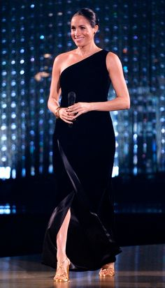 At the British Fashion Awards, Meghan Markle wore a glamorous one-shoulder black velvet gown by Givenchy, a departure from her usual royal style. Estilo Meghan Markle, Meghan Markle Stil, Meghan Markle Dress, British Fashion Awards, Celebrity Dresses, Celebrity Style, Prinz Harry Meghan Markle, Style Royal, Prince Harry And Megan