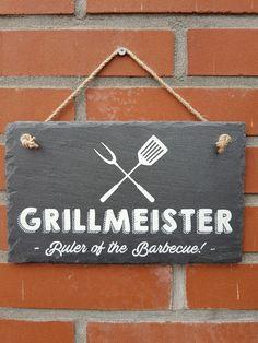 Leisteen tekstbord ' GRILLMEISTER – Ruler of the Barbeque '. Voor de echte Grillmeister is er nu een mooi wandbord om duidelijk aan te geven dat hij of zij baas is over de BBQ. Deze mooie tekst op leisteen is een 100% natuurproduct waardoor elk exemplaar uniek is. De leisteen tegel is zeker ook geschikt om buiten weg te zetten of om op te hangen. De afmeting is 15 x 25 cm. Ruler, Silhouette Cameo, Barbecue, Home Decor, Decoration Home, Barrel Smoker, Room Decor, Silhouette Cameo Projects, Bbq