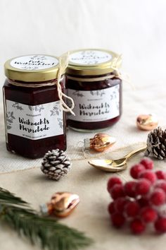 Weihnachtsmarmelade mit Beeren, Apfel und Zimt This Christmas jam is a great gift from the kitchen. With berries, apple and a fine note of cinnamon. There are also lovely labels to print out! Healthy Eating Tips, Healthy Nutrition, Christmas Jam, Kneading Dough, Diy Snacks, Vegetable Drinks, Baking Ingredients, Diy Food, Food To Make