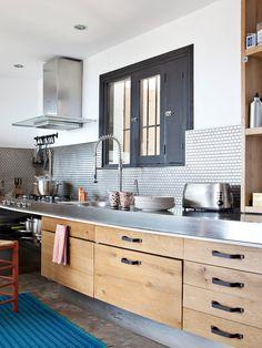 Cocina en madera con encimera en acero inoxidable