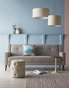 Coussin multicolore sur canapé gris