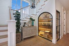 Weinkeller unter der Treppe mit Glaswänden