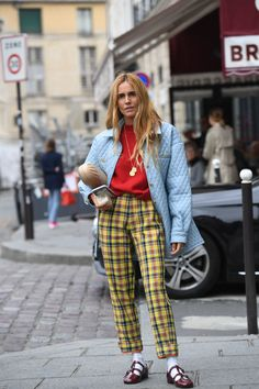 Shop Paris Fashion Week's Best Street Style Outfits From Spring/Summer 2020 - Daily Fashion Spring Street Style, Street Style Looks, Pantalon Slouchy, Stockholm Street Style, Paris Street, Milan Fashion Weeks, Paris Fashion, Mode Hippie, High Waisted Denim Skirt