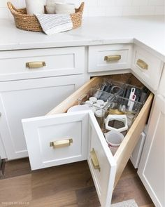 8 Vigorous Clever Tips: Small Kitchen Remodel Vintage galley kitchen remodel with peninsula.Kitchen Remodel Brown And White farmhouse kitchen remodel barn doors. New Kitchen, Kitchen Cupboards, Accent Wall In Kitchen, Kitchen Cabinet Storage, Kitchen Cabinets Storage Organizers, Kitchen Remodel Small, Kitchen Design Small, Farmhouse Kitchen Remodel, Corner Drawers