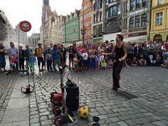 Wrocławskim Rynkiem zawładnęli artyści uliczni. Zapraszamy gorąco także jutro. #Buskerbus