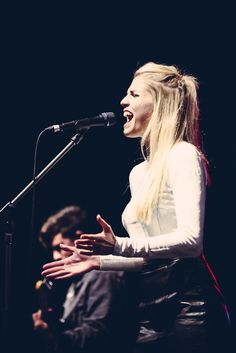London Grammar - Hannah Reid is a great singer/songwriter and a beautiful young woman Sound Of Music, Live Music, My Music, London Grammer, Dont Lie To Me, Female Of The Species, Sky Full Of Stars, Band Photography, Music Express