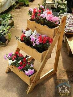 13 Rustic Style Planting Flowers Surely You Like It Diy Planters, Planter Boxes, Garden Planters, Pallet Flower Box, Flower Boxes, House Plants Decor, Plant Decor, Diy Outdoor Furniture, Pallets Garden