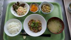 4月3日。魚の茸ソースかけ、豚肉と野菜の華風炒め、マカロニサラダ、大根の味噌汁、みかん缶です!604カロリー、たんぱく質27、塩分2.7でした♪