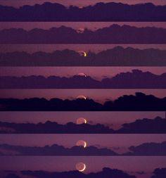 La Lune en croissant se couche. L'horizon est coupé d'une barre de cumulonimbus lointains.