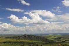 Morro Cabeludo, formação rochosa do Parque Estadual dos Pirineus, em Pirenópolis #Goiás