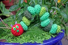 Free Twinkie Chan crochet pattern - The very hungry caterpillar (for ages :-)) Crochet Books, Knit Or Crochet, Cute Crochet, Crochet For Kids, Crochet Crafts, Crochet Projects, Crochet Things, Crafty Projects, Amigurumi Patterns