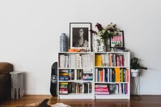Möbel&Wohnen IKEA bookshelves placed adjacent to the living room sofa display a bright array of book Living Room Red, Living Room Interior, Rugs In Living Room, Living Room Decor, Design Apartment, Apartment Living, Apartment Therapy, Interior Rugs, Interior Design