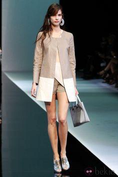 Abrigo en tono nude y blanco de emporio Armani en la Semana de la Moda de Milán primavera/verano 2013✖
