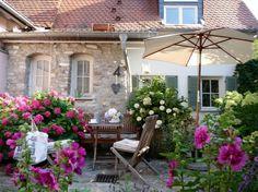 Blütenrausch im Hof, Tags Garten + Sommer + Hortensien + Terrasse