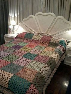 Discover thousands of images about ergahandmade: Crochet Shawl + Diagram + Free Pattern + Vid Crochet Afghans, Crochet Bedspread, Crochet Quilt, Afghan Crochet Patterns, Crochet Squares, Crochet Granny, Crochet Baby, Crochet Shawl Diagram, Best Baby Blankets