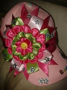 Gorras decoradas #Diy Headband Crafts, Headbands, Kanzashi Tutorial, Flower Hats, Cute Hats, Girl Hair Bows, Red Hats, Ribbon Embroidery, Flower Making