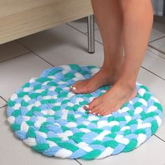 Turn Old Towels Into A Soft, Sophisticated Bath Mat – Braided Rugs Diy Tapetes Diy, Fabric Crafts, Sewing Crafts, Fun Crafts, Diy And Crafts, Craft Projects, Sewing Projects, Recycling Projects, Sewing Hacks