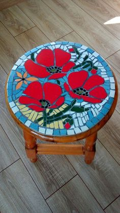 mosaic stool for kids Mosaic Tray, Mosaic Tile Art, Mosaic Artwork, Stone Mosaic, Mosaic Glass, Mosaic Table Tops, Mosaic Art Projects, Mosaic Crafts, Stained Glass Projects
