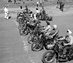 Vintage Motorcycles The Girls on their Motorcycles: Vintage photos of kickass women and their rides Lady Biker, Biker Girl, Vintage Bikes, Vintage Motorcycles, Retro Bikes, Valentino Rossi, Motos Harley, Cafe Racer Girl, Motorcycle Outfit