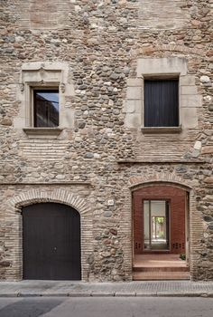 Built by H Arquitectes in Granollers, Spain with date Images by Adrià Goula. The plot is located in the historical city centre of Granollers and placed into an urban fabric of dwellings between . Brick Courtyard, Courtyard House, Architecture Details, Interior Architecture, Renovation Facade, Casa Patio, Spanish House, Brick And Stone, Brickwork