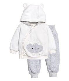 57741a92a Kinderkleidung und Babysachen bei H M – wir bieten eine große Auswahl an  preisgünstiger Kinderbekleidung. Online