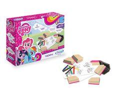 2405.4 – Carimbos  My Little Pony | O conjunto de Carimbos traz várias posições dos personagens. É um produto educativo com 6 carimbos diferentes,   com cabo de madeira e borracha atóxica. Acompanha bloco de papel e giz de cera para colorir as imagens carimbadas durante a brincadeira. Contribui no desenvolvimento percepção visual, coordenação motora e estimulo a criatividade. | Faixa etária: + 4 anos | Medidas: 24 x 5 x 18 cm | Licenciados | Xalingo Brinquedos | Crianças