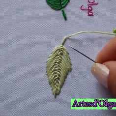 Puntadas Básicas para Bordar Hojas con Hilos In this video, you will learn 6 stitches to embroider sheets with threads. Hand Embroidery Patterns Flowers, Hand Embroidery Videos, Embroidery Stitches Tutorial, Embroidery Flowers Pattern, Sewing Stitches, Hand Embroidery Designs, Crewel Embroidery, Embroidery Techniques, Embroidery Kits
