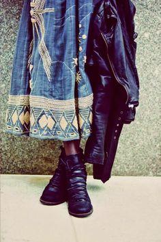 Jupe ethnique magnifique avec des bottines et un perfecto