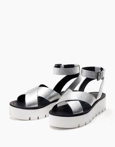 Sandalia cruzada metalizada con plataforma. Descubre ésta y muchas otras prendas en Bershka con nuevos productos cada semana