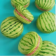 Super Cute Watermelon Macaroons for Partys, Special Occasions or just for Fun! Cute Food, Yummy Food, Kreative Desserts, Macaroon Cookies, Shortbread Cookies, Cute Baking, Macaroon Recipes, Köstliche Desserts, Plated Desserts
