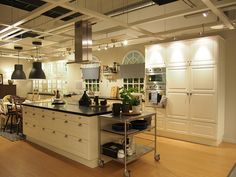 Really like these floor to ceiling cupboards Ikea Kitchen, Kitchen Dining, Dining Room, Breakfast Station, Ikea Inspiration, Kitchen Display, Kitchen Family Rooms, Kitchen Organization, Cool Kitchens