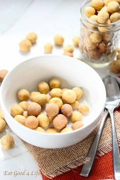 Homemade puff cereal in vanilla and peanut butter protein flavors vegan, need to find something to replace the yogurt. Muesli, Granola, Gourmet Recipes, Real Food Recipes, Vegan Recipes, Yummy Food, Homemade Cereal, Snacks Homemade, Breakfast
