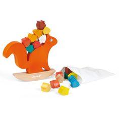 Nutty balance est un jeu d'équilibre. L'écureuil doit garder son équilibre même s'il est sur une bascule et même lorsque l'enfant pose des noisettes sur son dos. Seul ou à plusieurs, les enfants doivent poser un maximum de noisettes sur le dos du petit animal. Si les 20 fruits tiennent en équilibre, c'est gagné. Ce jeu en bois apprend l'adresse et le lien de cause à effet.