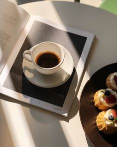 Enjoy a great cup of coffee every day coffee coldbrewcoffee frenchpress coldpressedcoffee coldbrew coldbrewrecipes 713609503442123934 Coffee And Books, I Love Coffee, Coffee Break, Coffee Cafe, Coffee Drinks, Coffee Shop, Cup Of Coffee, Folgers Coffee, Coffee In Bed